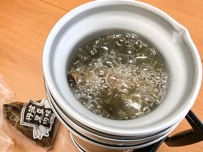 台南式丹波黒豆肉粽(ちまき)をアルポットに入れて茹でているところ