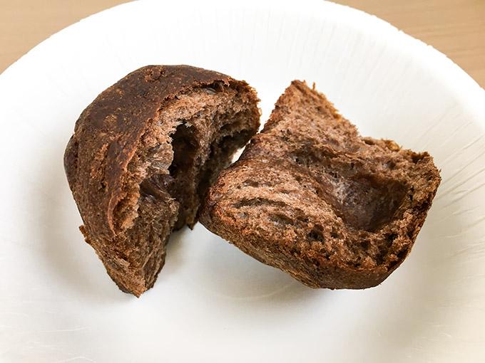 チョコパネトーネのパンを割ったところ