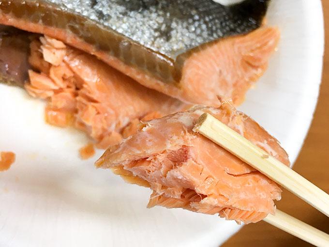 鮭の塩焼きのアップ